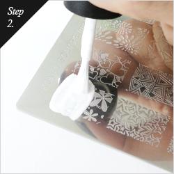 スタンピングネイル専用ポリッシュをイメージプレートの絵柄の上に塗ります。